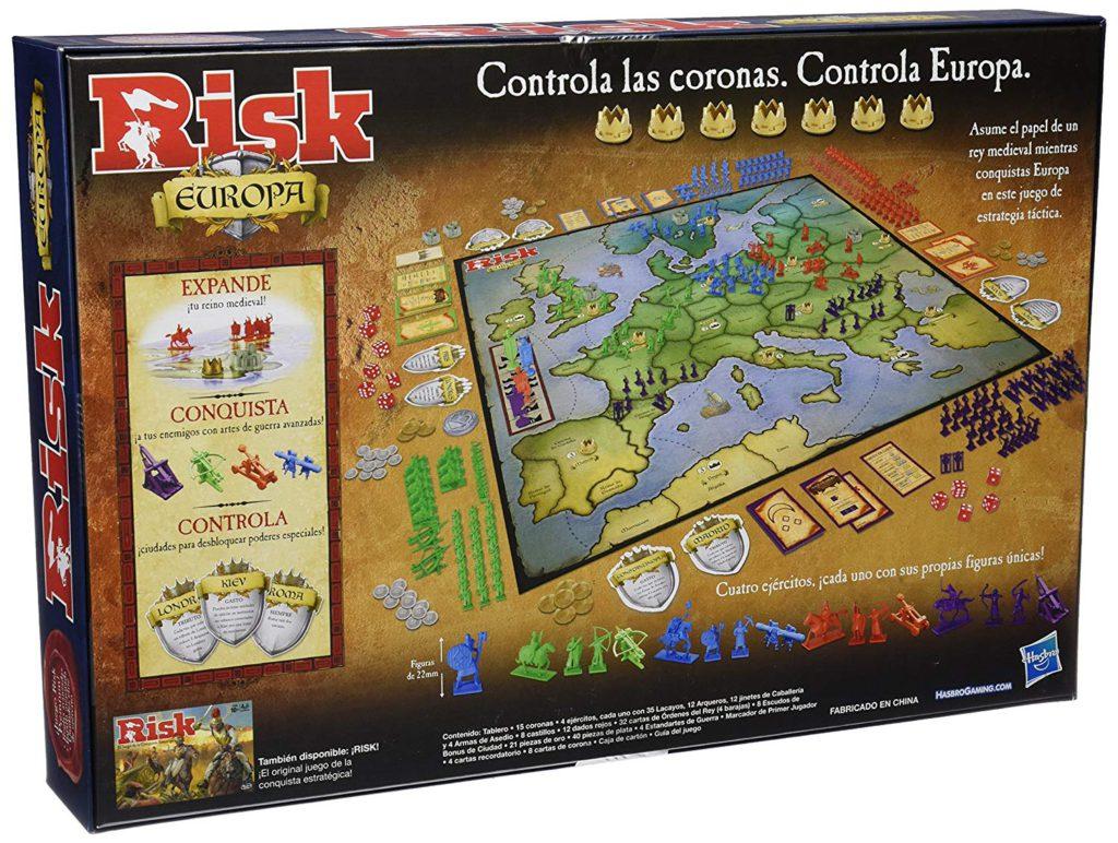 Kartongen med spelet står på högkant. På framsidan syns spelplanen som det ligger massa kort runtom.