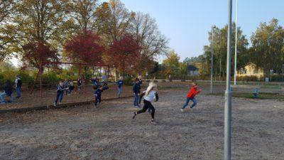 Foto på elever som leker.