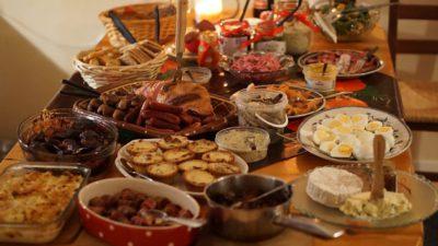 Ett bord som är uppdukat med mångao olika maträtter. Det finns till exempel köttbullar, ägg och skinka.