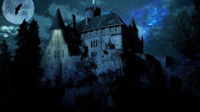 Ett slott på en kulle. Det är mörkt och kusligt. En fladdermus flyger över himlen.