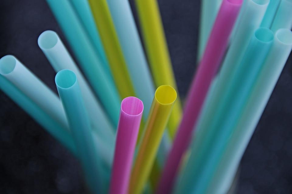 Plastsugrör i olika färger
