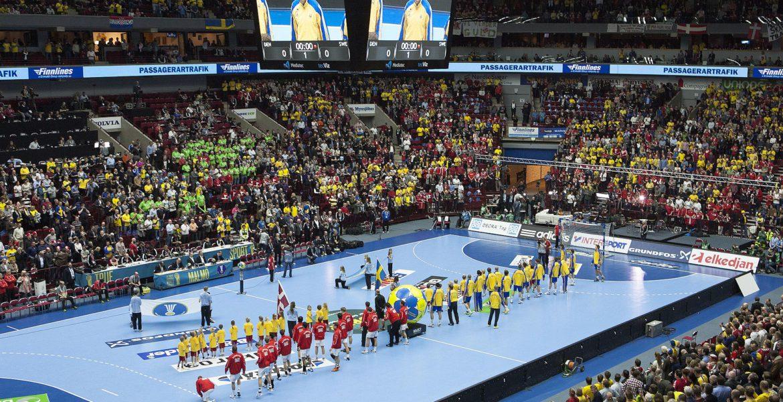 Handbolls-VM år 2011 mellan Sverige och Danmark. Båda lagen står på en blå handbollsplan