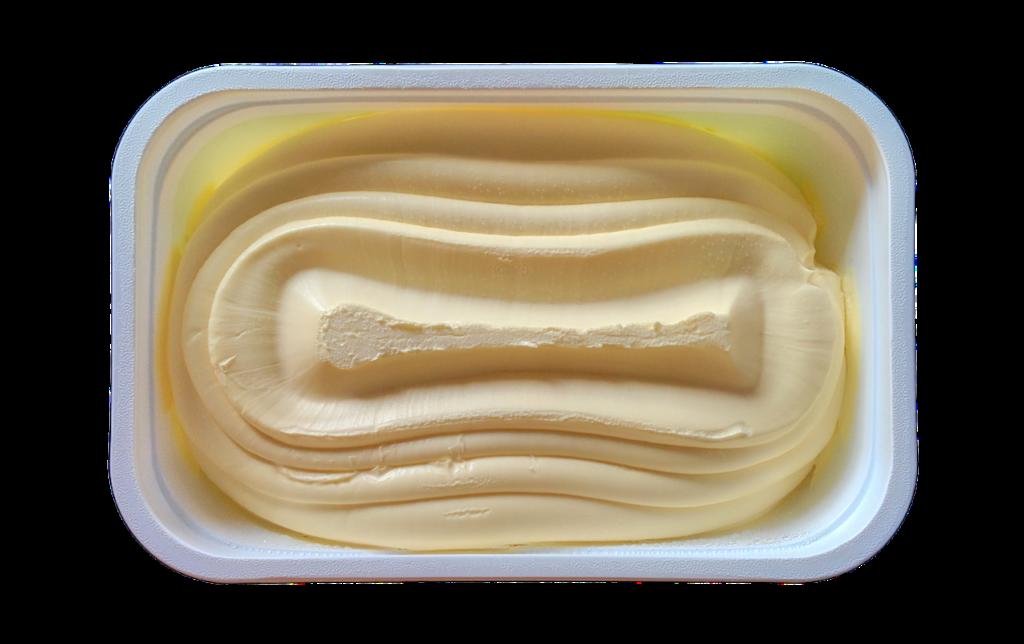 Ett smörpaket av plast fyllt med margarin.