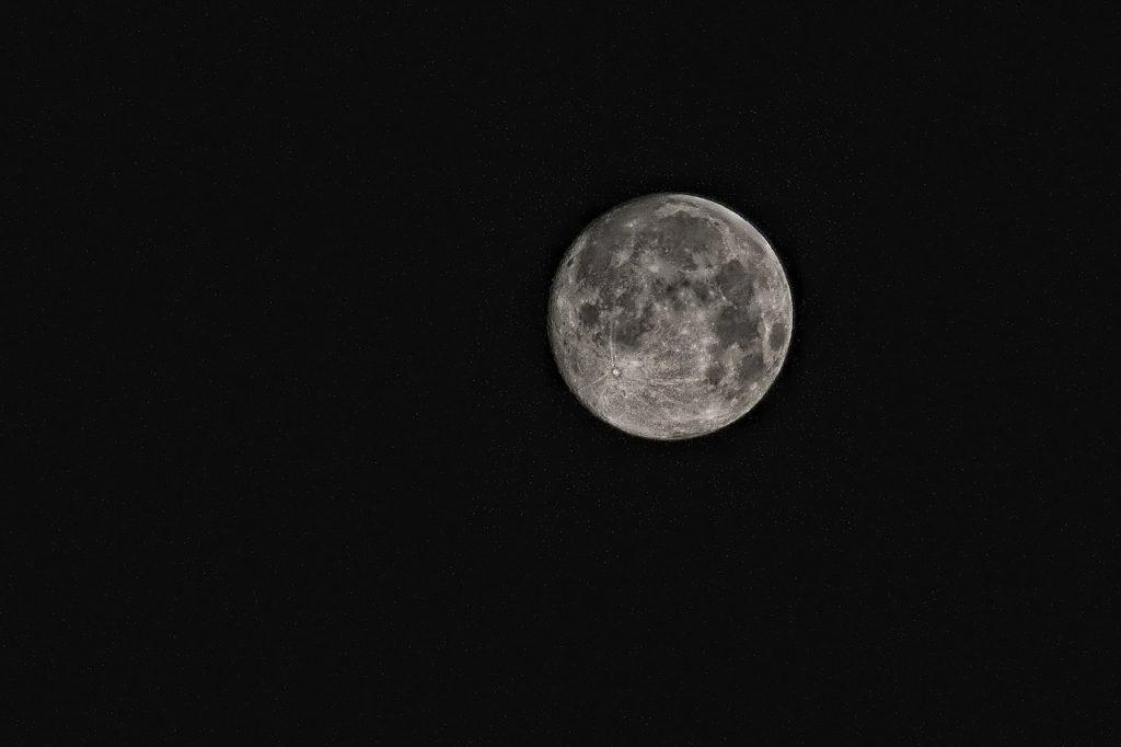 Månen syns på en mörk himmel.