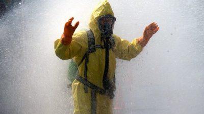 Bild på person med skyddskläder på sig.