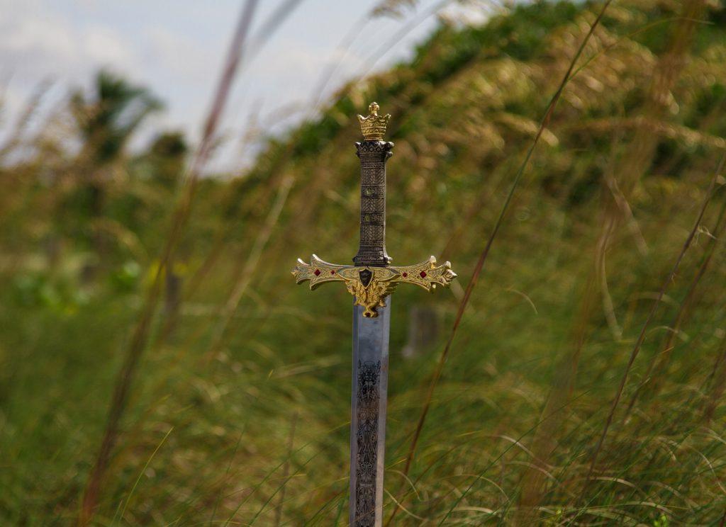 Ett svärd sticker upp ur marken.