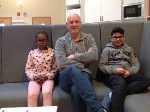 Dennis i soffan med två minireportrar