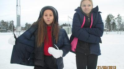 Mia Ström och Ida Hällman ute i kylan.