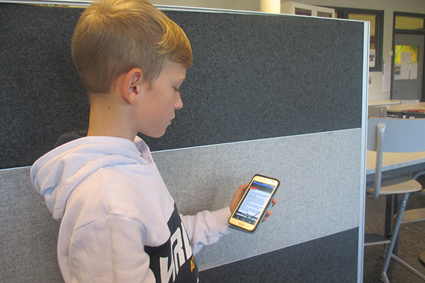 Här står Oliver Loisel och håller i en mobil med kedjebrevet på.
