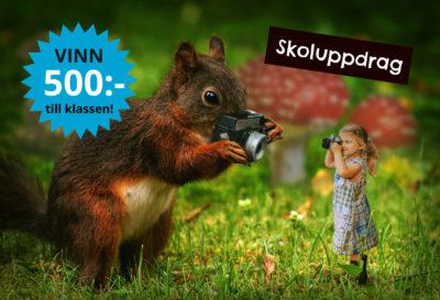 En ekorre håller i en kamera. Den tar en bild på ett barn som är pyttelitet och som också tar en bild på ekorren.