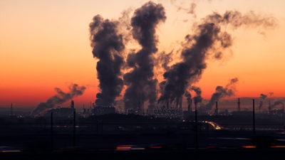 Foto på fabrik som släpper ut föroreningar.