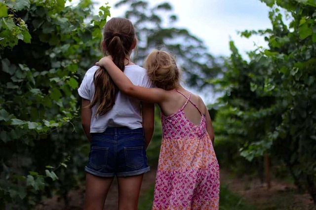 Två tjejer håller om varandra
