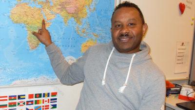 Här är Shishay som pekar på Eritrea på kartan.