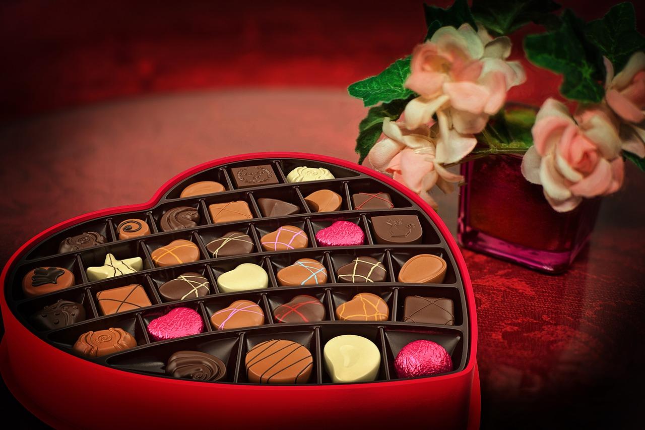En hjärtformad chokladask som är fylld av praliner.