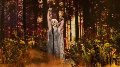 Anna Bergendahl på står på en häftig, rökfylld scen under Melodifestivalen 2019.