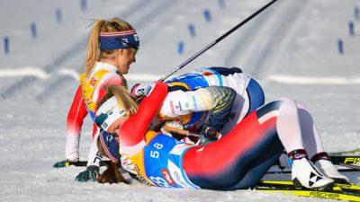 Frida Karlsson och två andra skidåkare ligger ner i snön och kramas efter att ha passerat mållinjen i skid-VM.