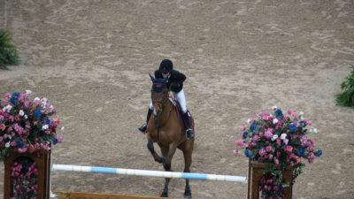 Malin Baryard Johansson hoppar över ett hinder under en tävling.
