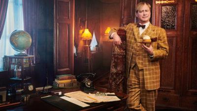 Detektiven Ture Sventon inne på sitt mystiska kontor med en semla i handen.
