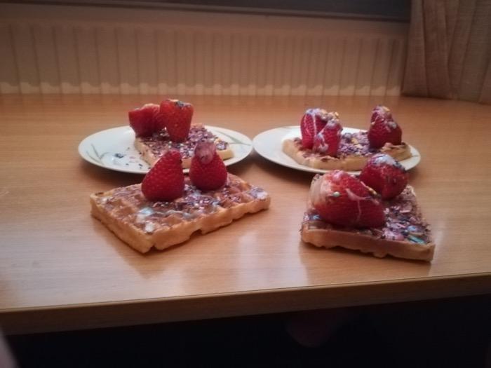 Våfflor dekorerade med jordgubbar.