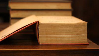 En tjock uppslagen bok