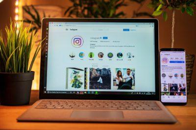 En dator står på ett bord. På skärmen är instagram uppe.