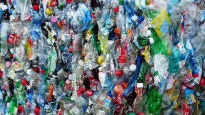 en hög full med tomma plastflaskor