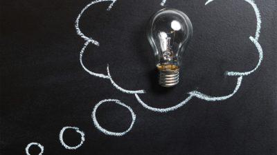 En svart tavla där det är ritat en tankebubbla. I bubblan sitter en glödlampa som ska symbolisera en idé.