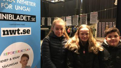 Tre barn vid en MiniBladet-affisch