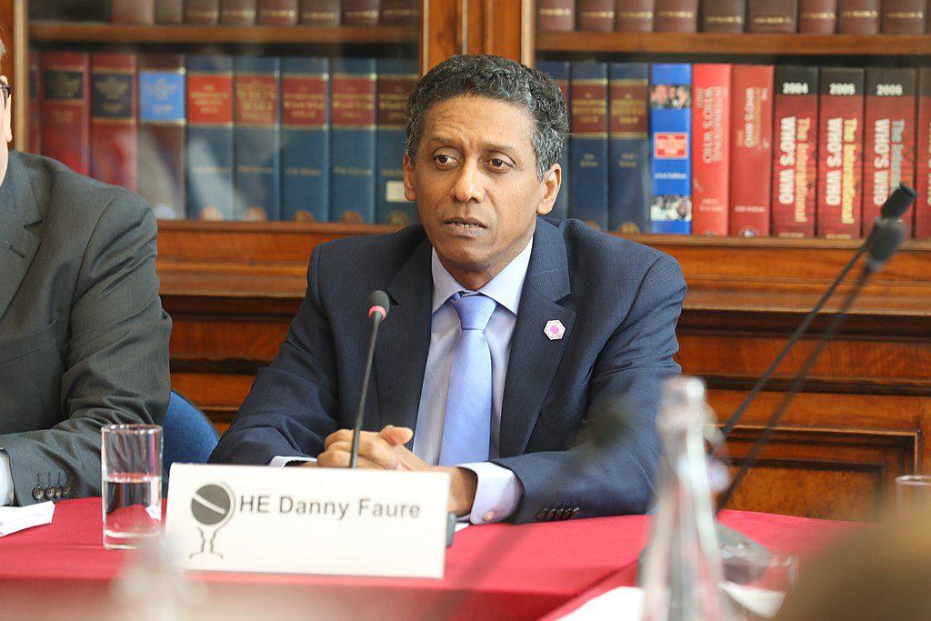 Bild på Seychellernas president Danny Faure. Han sitter i en talarstol och har en mikrofon framför sig.