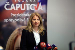 Bild på Zuzana Caputová som står framför flera mikrofoner redo att bli intervjuad av journalister.
