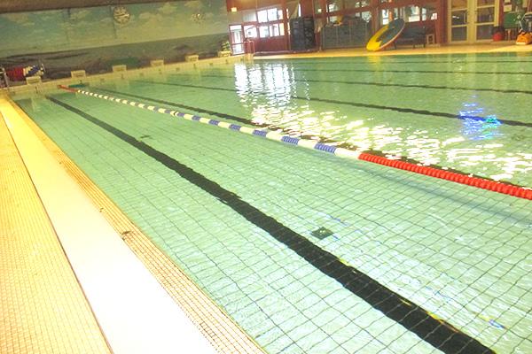 Det här är den största bassängen i badhuset där man bland annat brukar motionssimma.