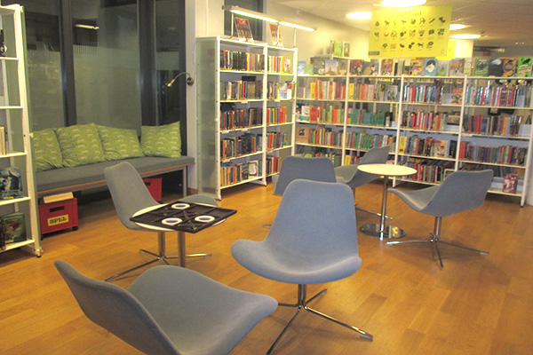 Här är en del av biblioteket, i mitten kan man spela spel.