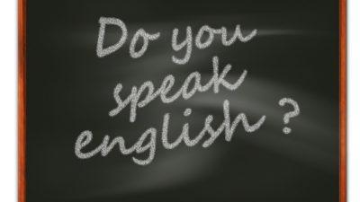 "Bild på en griffeltavla med texten ""do you speak english?"""