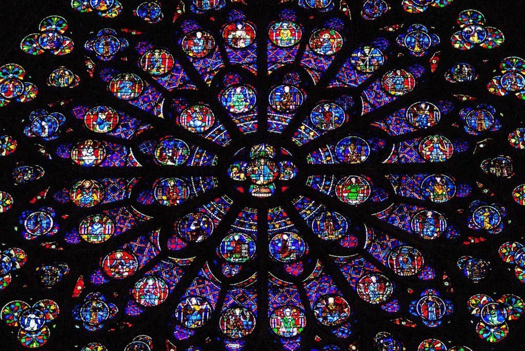 Bild på de mycket kända fönstret som finns i katedralen. Glaset är konstruerat i olika symmetriska mönster och i olika färger.
