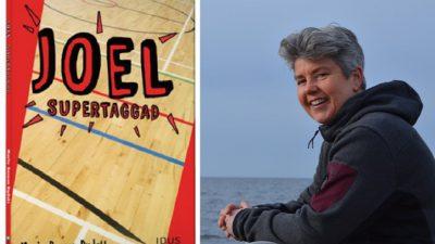 En bild på boken och en på författaren. På bokens omslag är det ett golv i en idrottshall. Författaren ser ut att vara runt 50-60 år. Hon har grått hår, en hoodie på sig och sitter vid havet. Hon ser glad ut.