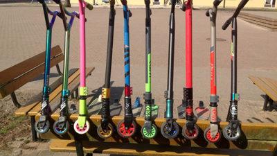 Foto på färgglada sparkcyklar.