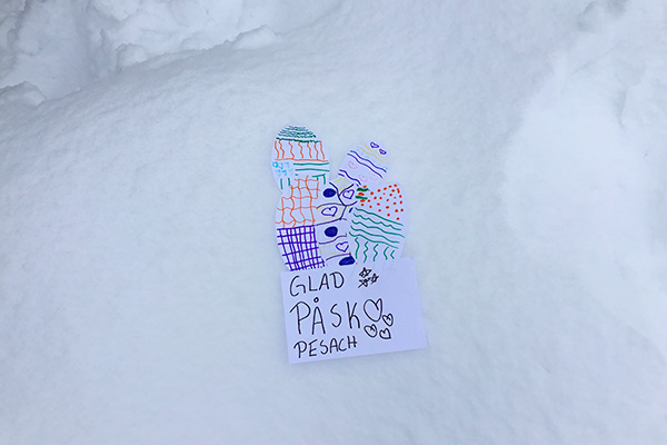 En påskteckning i snön.