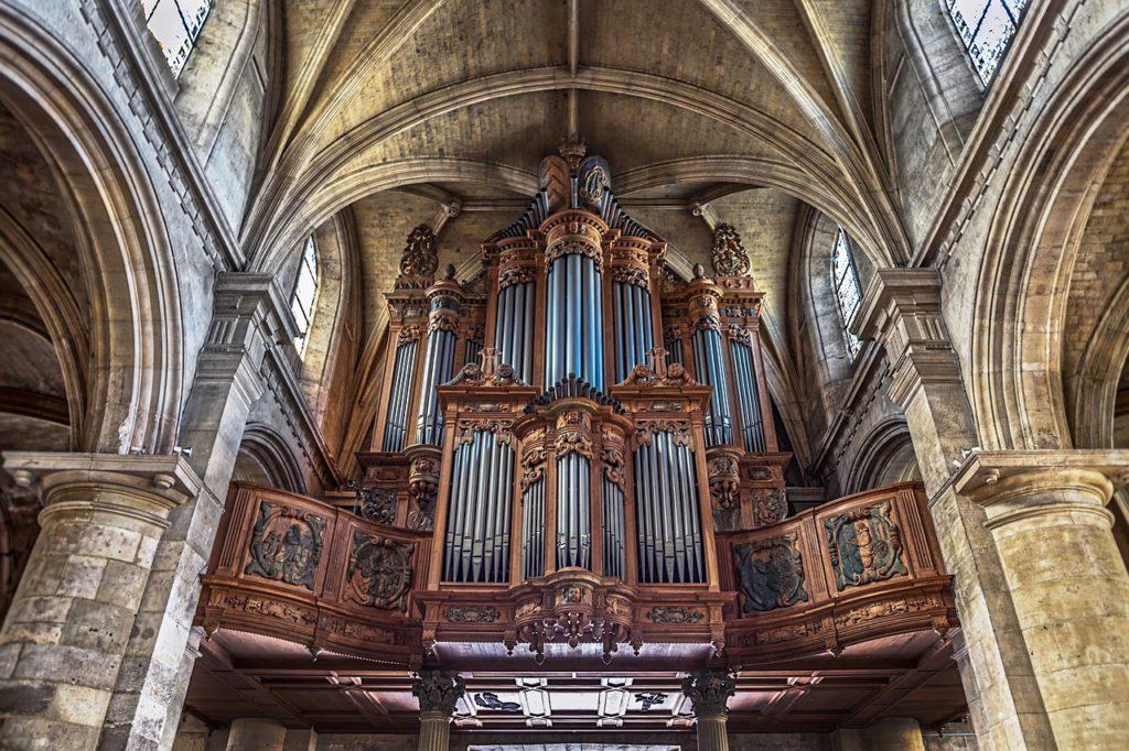 Bild på en mäktig orgel inne i Notre Dame. Rören sträcker sig ända upp till katedralens tak.