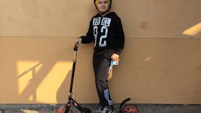 Filip och sparkcykel