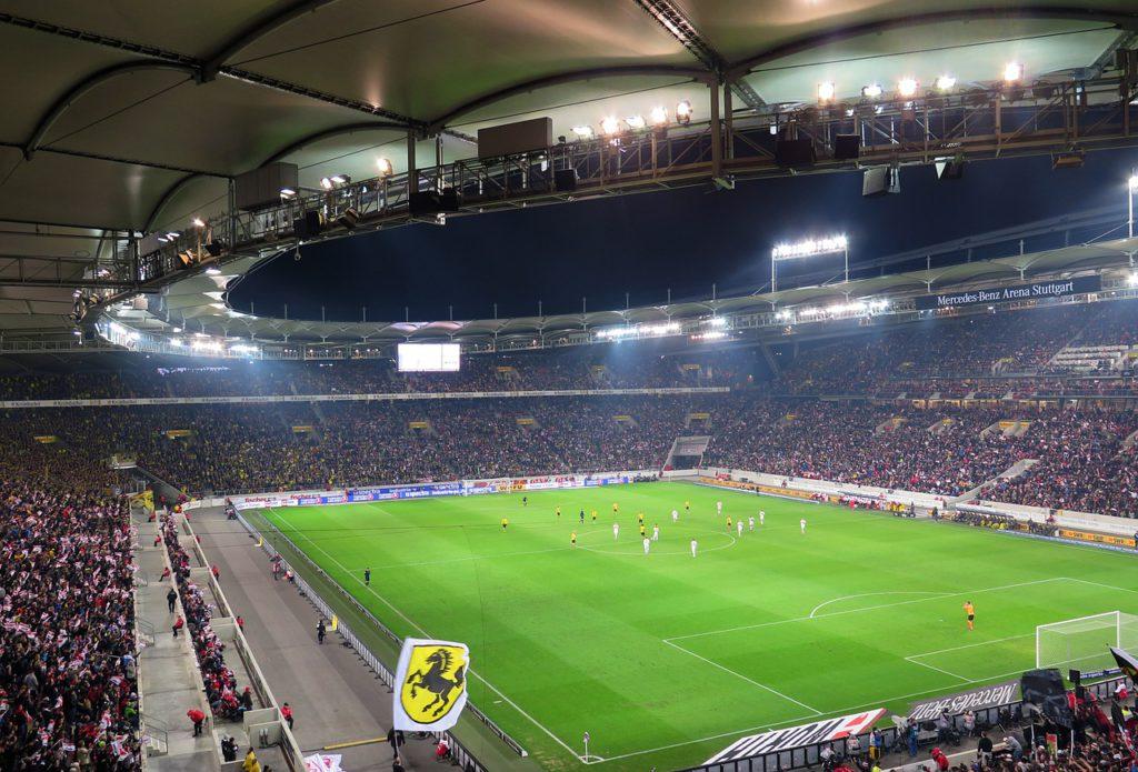 Bild på en gigantisk fotbollsstadium fylld med publik. Bilden är från en match i Bundesliga, Tysklands högsta liga.