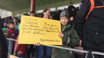 Pojke med prischeck på fotbollsläktare