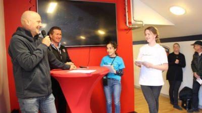 Två minireportrar intervjuar en fotbollstränare i Malmö