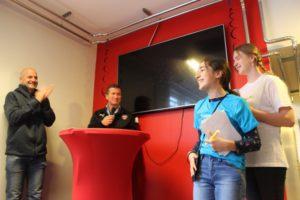 Två minireportrar med en fotbollstränare i Malmö