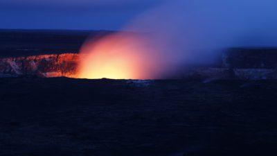 Bild på en vulkan som har ett utbrott. Det är en bild som är tagen på natten och ljuset från lavan lyser upp omgivningen.