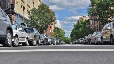 Bild på en gata där bilar står parkerade perfekt längst trottoarkanterna.