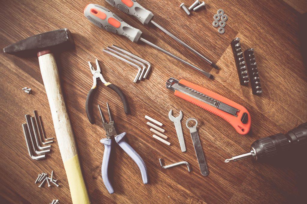 Bild på ett bord där massa olika verktyg ligger fint upplagda.