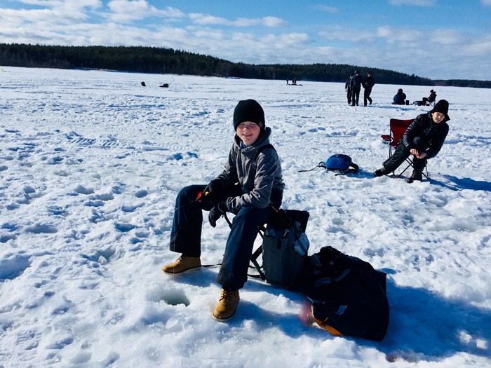 Edvard Nyström sitter på en pall på isen.
