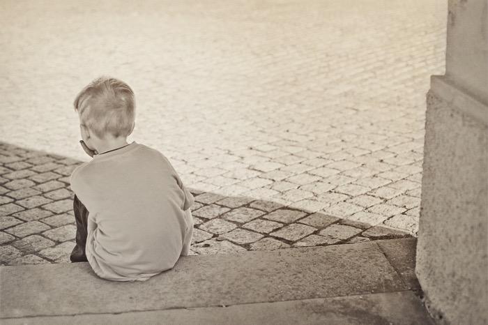 Ensamt barn på trappan