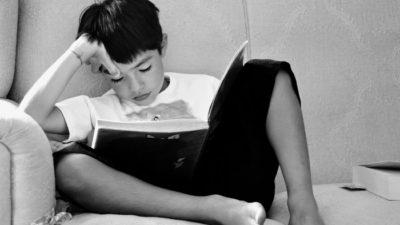 Elev i stol som läser