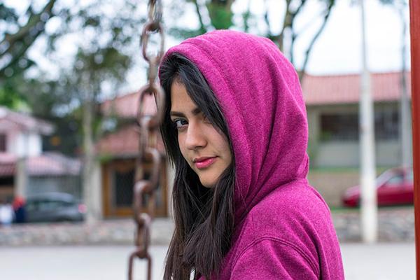 foto på en flicka med luvtröja